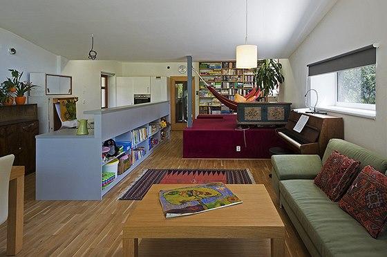 Podélná kuchyňská linka ze šedého lamina dává prostoru řád, ale nechává i spoustu místa pro odpočinkovou i pracovní zónu.
