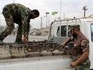 Příslušníci iráckých bezpečnostních sil kontrolují nákladní vozidlo v Bagdádu (21. listopadu 2014).
