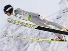 Sdruženář Akito Watabe ve skokanské části sprintu dvojic v Kuusamu.