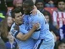 Yaya Touré (vpravo) z Manchesteru City se raduje ze svého gólu v zápase v Southampton se spoluhráči Sergiem Agüerem a Samirem Nasrim.