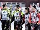 Vítězná francouzká štafeta (zleva) Martin Fourcade, Simon Fourcade, Anais Chevalierová a Anais Bescondová.