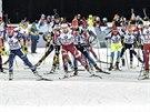 Startovní pole úvodního závodu nového ročníku Světového poháru biatlonistů v Östersundu.