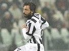 Andrea Pirlo (vpravo) z Juventusu Turín napřahuje k vítězné trefě v zápase s AC Turín.