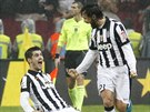 Andrea Pirlo (vpravo) z Juventusu Turín se raduje z vítězného gólu v derby s AC Turín.