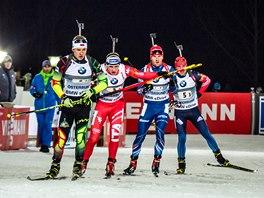 Michal Šlesingr (druhý zprava) na třetím úseku bojuje ve vedoucí skupině.