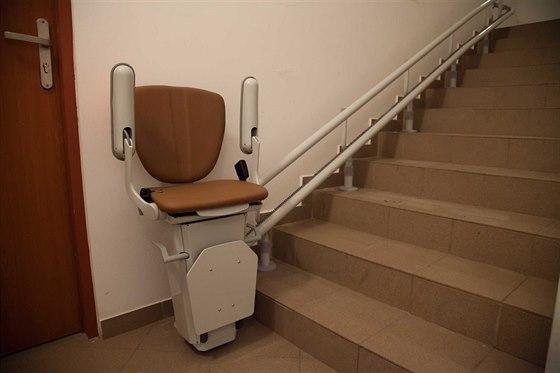 Dělá vám problém vyjít schody? Řešením jsou schodišťové sedačky!