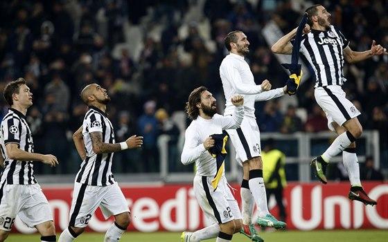 POSTUPUJEME! Fotbalisté Juventusu Turín se radují z postupu do jarní části Ligy mistrů.