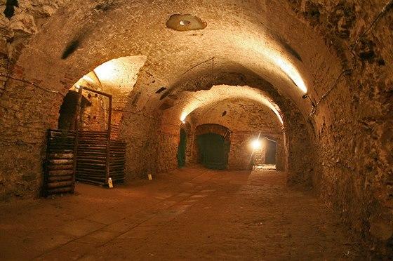 Podzemní prostory pro skladování piva vznikly probouráním příček původních sklepů.