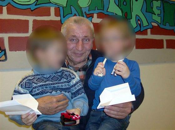 Děti, které norské úřady odebraly rodičům, se svým dědečkem Jiřím Pavelkou na archivní fotografii