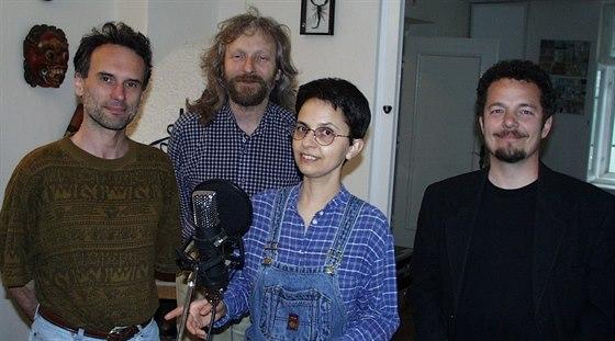 Zpěvačka Zuzana Navarová se skupinou Nerez ve studiu.