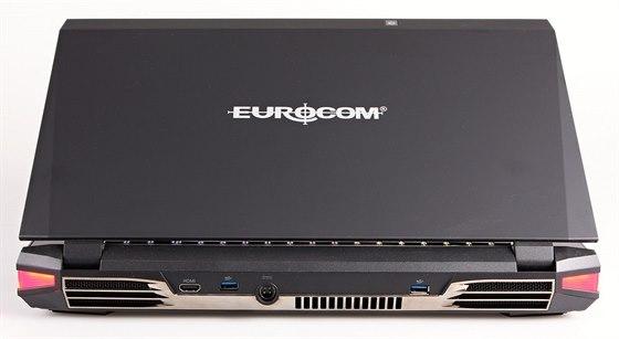 Porty na zadní stěně se dnes často nevidí, i když je to praktické umístění. Zde HDMI a 2 USB 3.0 porty. škoda, že chybí DVI výstup. Povšimněte si mohutných výdechů vzduchu z chladičů.