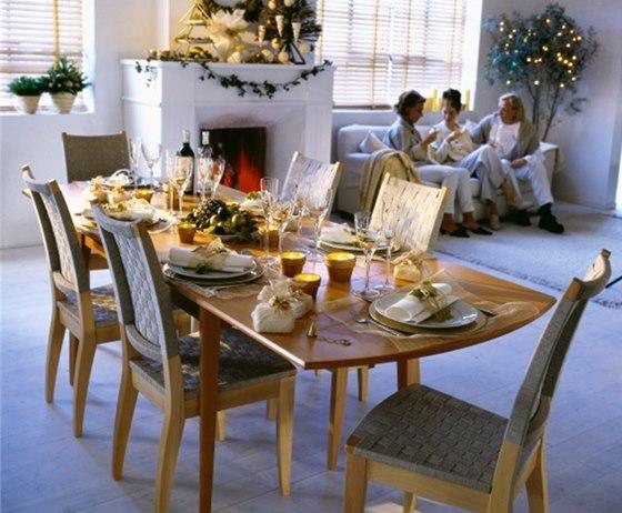 Rozkládací stůl řeší potřebu místa, výplet na židlích zpříjemňuje sezení.
