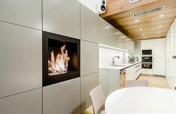 Zavěšené skříňky nabízejí nejen množství úložných prostor, ale opticky kuchyň prodlužují a sjednocují ji se zbytkem místnosti.