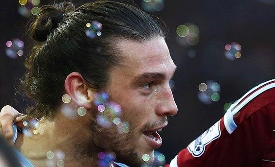 Andy Carroll z West Hamu právě pokořil obranu Swansea.