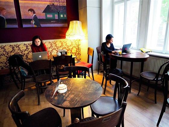 Le Caveau. Kavárna, kde můžete sedět se svým přítelem computerem a budete na sebe mít klid. Taky místo, kam můžete skočit na rychlý toust, rychlý drb a sklenici vína cestou domů.