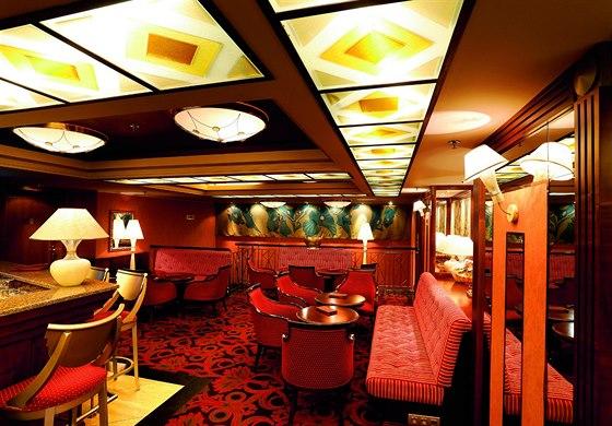 Prime bar. Vedle recepce v prostorách bývalé restaurace funguje od 15 hodin do jedné hodiny po půlnoci příjemný bar s pohodlnými křesílky a zajímavě řešeným osvětlením.