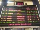 V Moravskoslezském kraji nabírají vlaky obrovská zpoždění. Na fotografii tabule odjezdů na ostravském hlavním nádraží. (1. prosince 2014)