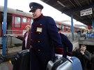 Na hlavním nádraží v Bratislavě pomáhají cestujícím se zavazadly bezdomovci. (8. prosince 2014)