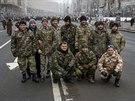Příslušníci batalionu Kyjev 12 pózují v ukrajinské metropoli po návratu z fronty (6. prosince 2014)