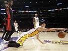 Po míči se vrhá Jeremy Lin z Los Angeles Lakers. Faulující Terrence Ross z Toronta dělá, že je muzikant.