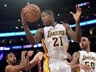 Odražený míč ukořistil Ed Davis z LA Lakers.