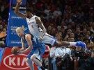 JAK SE HO ZBAVIT? Robbie Hummel z Minnesoty m� na z�dech DeAndreho Jordana z LA Clippers.