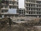 Muž jde po poničené oblasti Aleppa (6. prosince 2014).