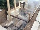 V ulici Na Pades�t�m pobl� s�dli�t� Skalka v Praze 10 praskl horkovod. Bez tepla se ocitlo asi 3 tis�ce dom�cnost� (1.12.2014)