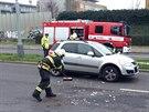 Sloup s dopravním značením spadl v pražských Kobylisích před projíždějící auto. (1.12.2014)