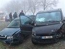 Na zmrzlé vozovce u Nehvizd bouralo ráno hned pět aut (9.12.2014)