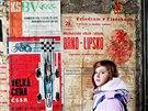 Plakáty ze šedesátých let se objevily v brněnské ulici Mášova, prohlédla si je i kolemjdoucí Dominika Novotná.