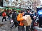 Policie kvůli podezřelému balíku evakuovala obchodní centrum Nový Smíchov na pražském Andělu.