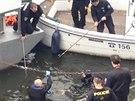 Policie vytáhla z Vltavy v Praze mrtvého muže. Nelze vyloučit, že je to ztracený britský turista.