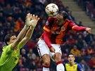 BUDE TO GÓL? Wojciech Szczesny (vlevo), brankář Arsenalu, se snaží zasáhnout proti hlavičce Umuta Buluta z Galatasaraye Istanbul. Na míč sice nedosáhl, ale útočník tureckého celku gól nevstřelil.