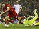 ČISTÝ ZÁKROK. Brankář Basileje Tomáš Vaclík (vpravo) zasahuje proti Stevenu Gerrardovi z Liverpoolu.