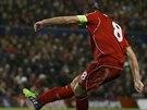 Steven Gerrard se parádně trefil z přímého kopu proti Basileji.
