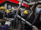 Po více než dvou měsících demonstrací protestující nadále odmítají podřídit se příkazům, aby se z ulic města stáhli (1. prosince)