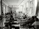Pracovní linka na šití košil v ženské věznici v Pardubicích.