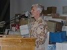 Generál Pavel přivezl vojákům dárky od jejich blízkých.