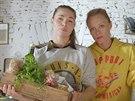 Katka s Lindou chystají falafel v pitě