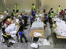 FIlip�n�t� voj�ci a dobrovoln�ci p�ipravuj� bal��ky pomoci je�t� p�edt�m, ne� tajfun Hagupit zas�hne pevninu (6. prosince 2014).
