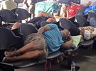 Cestující v hlavním městě Manile přespávají, kde se dá. Přívozy dopravci zrušili kvůli blížícímu se tajfunu (6. prosince 2014).