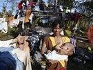 �ena na ostrov� Samar v souostrov� Filip�n su�� oble�en� pot�, co se oblast� prohnal tajfun (8. prosince 2014).