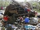 D�ti z filip�nsk�ho ostrova Samar se vypo��d�vaj� s n�sledky ��d�n� tajfunu Hagupin (8. prosince 2014).