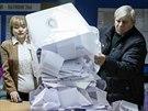 Volebn� komise v jedn� z volebn�ch m�stnost� v hlavn�m moldavsk�m m�st� Ki�in�v� (30. listopadu 2014)