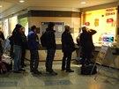 U pokladen jednotlivých dopravců se na ostravském hlavním nádraží tvořily fronty cestujících, kteří se zajímali, zda mají nějakou šanci odjet. (2. prosince 2014)