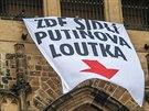 Protest proti prezidentovi Milo�i Zemanovi m�l formu transparentu vis�c�ho z Velk� ji�n� v�e katedr�ly sv. V�ta.