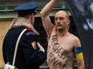 Protest proti prezidentovi Miloši Zemanovi měl formu transparentu visícího z Velké jižní věže katedrály sv. Víta.