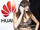 Petra Faltýnová se smartphonem Huawei Ascend P7