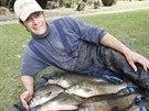 Mike Farrar a část zjeho 156kg úlovku cejnů.